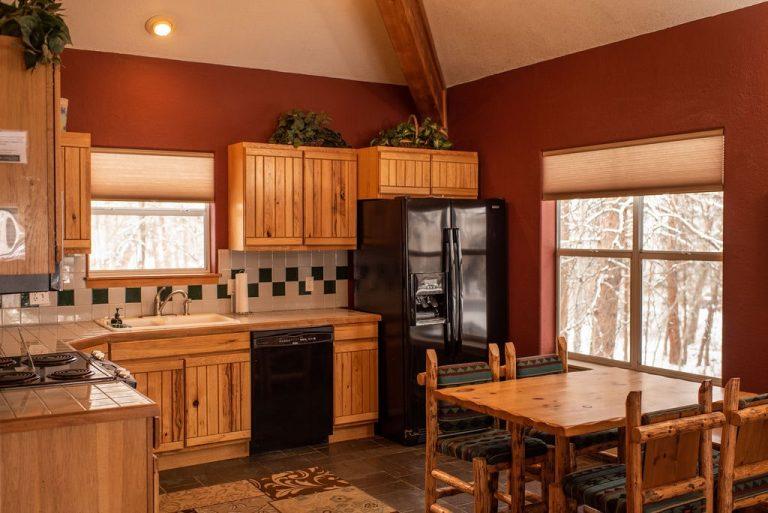 Creekside-Chalets-ColumbiaThreeBedroom_kitchen-min