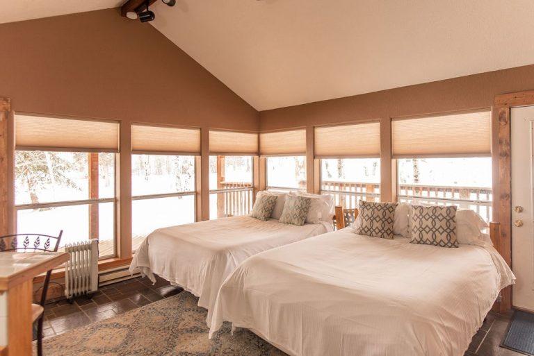 Creekside-Chalets-ColumbiaThreeBedroom_two-bed-windows-min