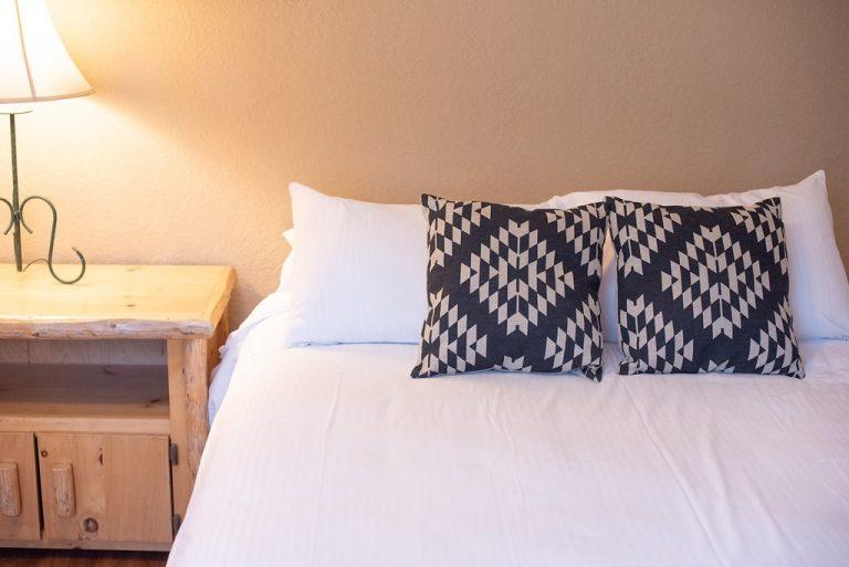 Creekside-Chalets-OxfordTwoBedroom_2nd-bed-lamp-min