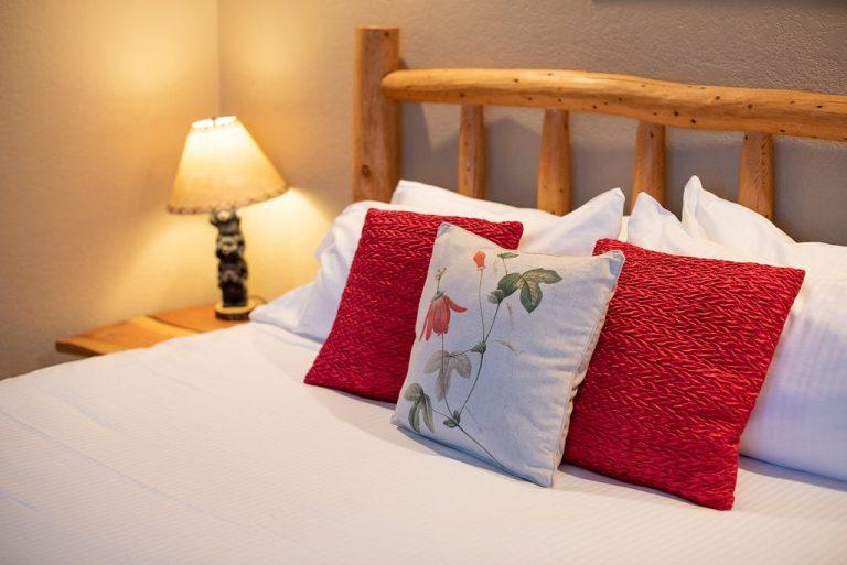 CreeksideChalets-AnteroOneBeddroom_bed-lamp-min
