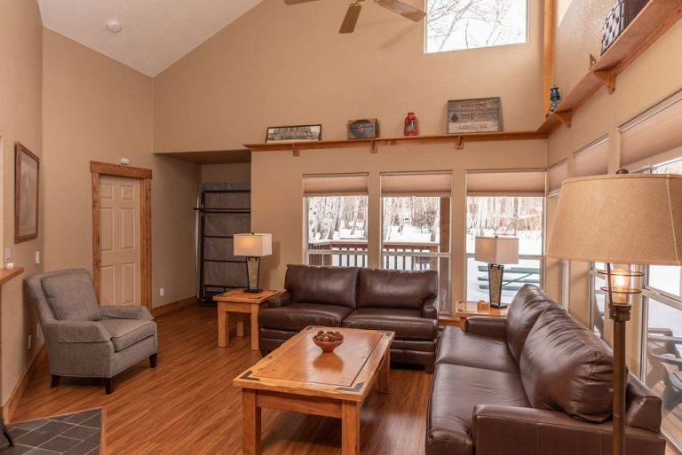 CreeksideChalets-Harvard-onebedroom-living-room-min