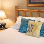 CreeksideChalets-HarvardOneBedroom_bed-lamp-min