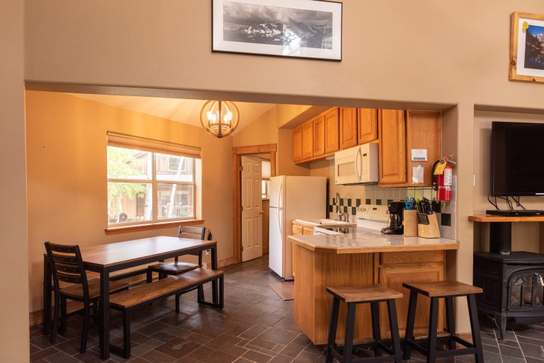 CreeksideChalets-yale-kitchen-livig